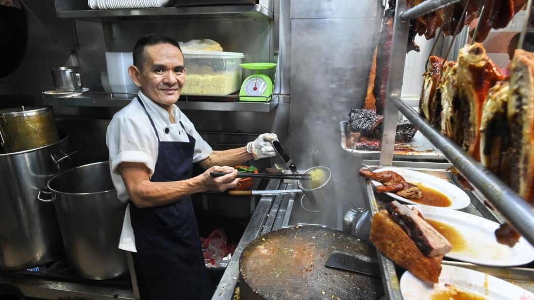 Quán Hawker Chan nổi tiếng với các món mì, cơm gà quay với giá 2,5 USD/ suất bán tại địa chỉ đầu tiên ở khu phố ẩm thực Chinatown, Singapore. Ảnh: CNN