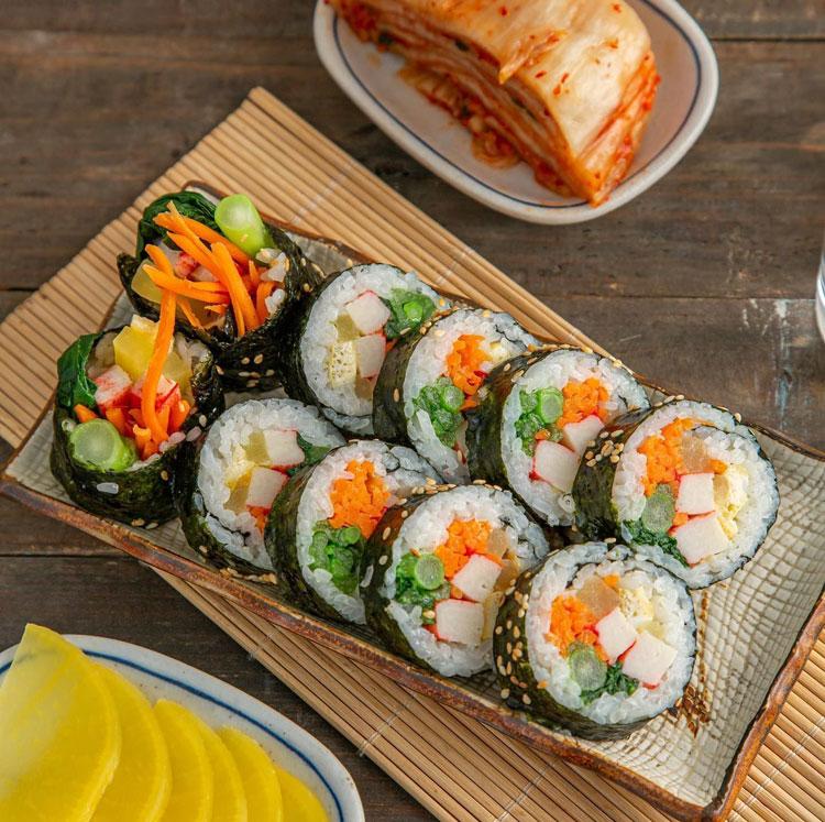 Kimbap thường được ăn kèm với kim chi hoặc củ cải muối. Ảnh: Pinterest