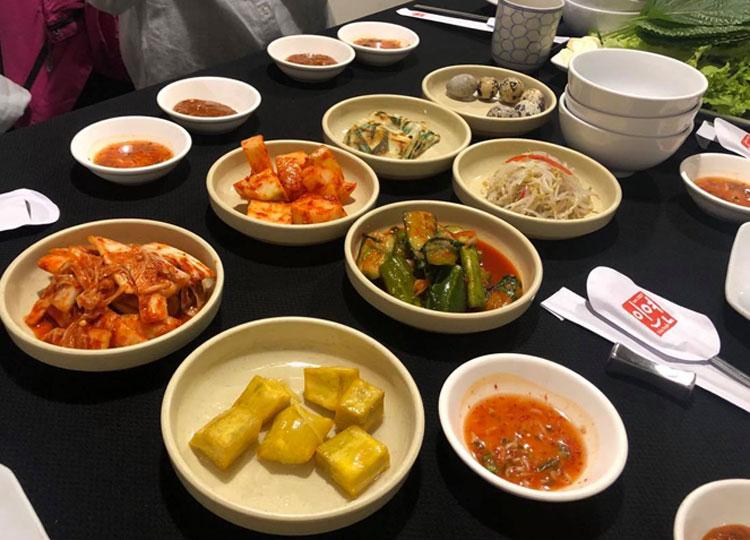 Các món kimchi ăn kèm với kimbap Hàn Quốc. Ảnh: Phương Anh