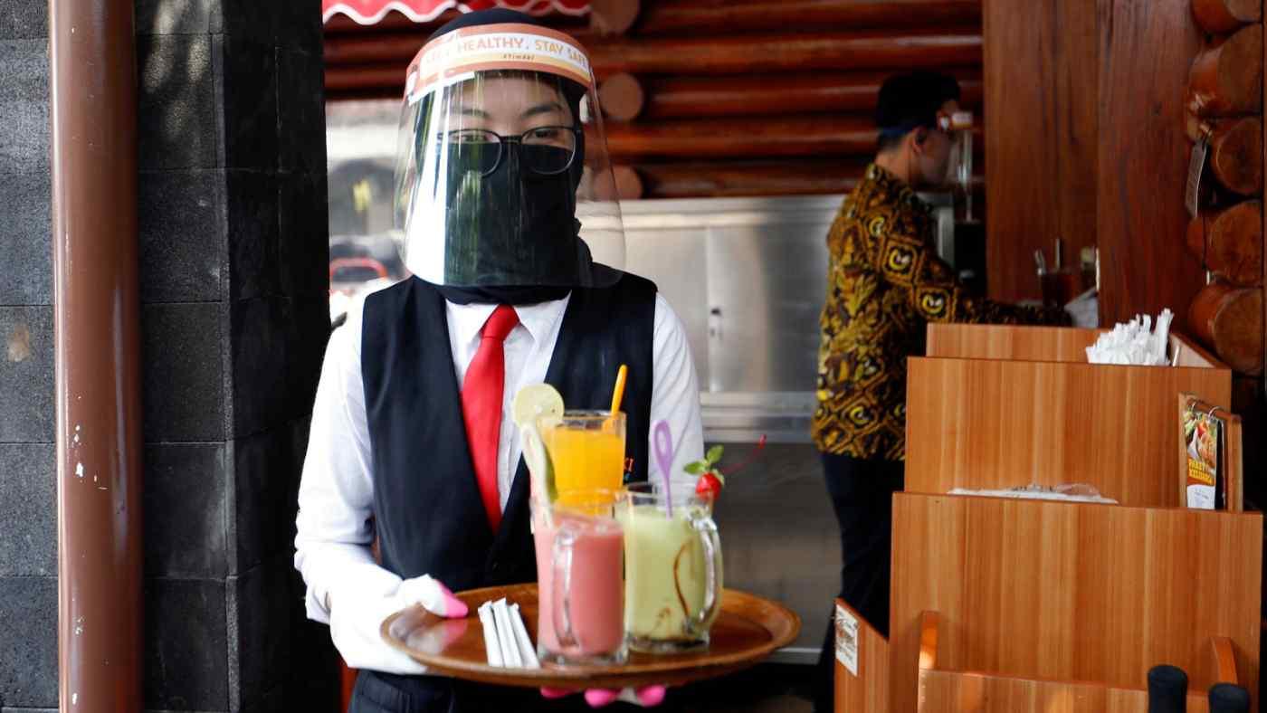 Phần lớn hàng quán ở đảo Java được mở cửa đón khách và hoạt động 50% công suất. Ảnh: Reuters
