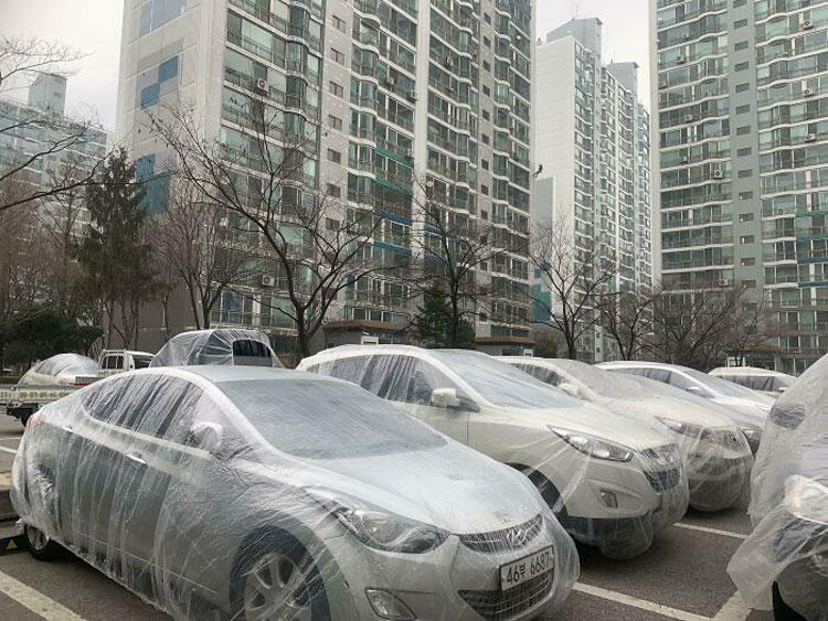 Một khu chung cư chuẩn bị sơn, và những người thợ sơn đã dùng giấy bóng quấn bọc lại những chiếc xe ô tô đỗ ở phía dưới để tránh bị làm bẩn. Hành động chu đáo này không chỉ khiến Hammer và Guillaume ngưỡng mộ, mà nhận được cơn mưa lời khen từ độc giả. Ảnh: Reddit