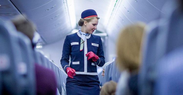 Tiếp viên có nhiệm vụ nhắc nhở hành khách ngồi tại chỗ, thắt dây an toàn khi máy bay cất, hạ cánh. Ảnh: Aerotime
