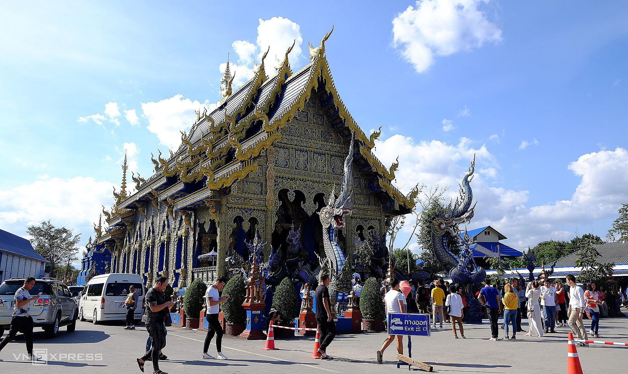 Du khách tham quan đền Xanh (Blue Temple) ở Chiang Rai đầu năm 2020. Ảnh: Khánh Trần