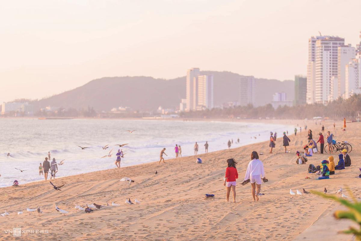 Du lịch biển, gần thiên nhiên là mong muốn hàng đầu của du khách sau Covid-19. Trên ảnh là bãi biển TP Nha Trang một sáng tháng 4/2021 khi dịch Covid-19 chưa bùng phát trở lại. Ảnh: Trung Huỳnh