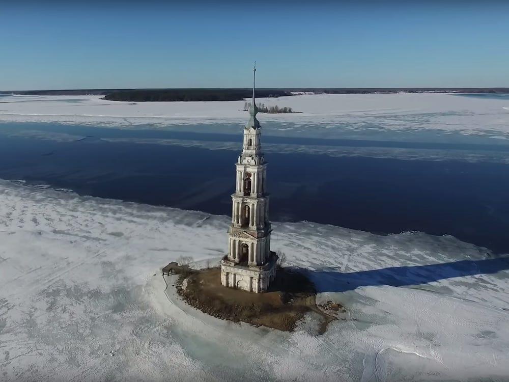 Tháp chuông Kalyazin ngày nay trở thành điểm du lịch thu hút khách tại Nga. Ảnh: