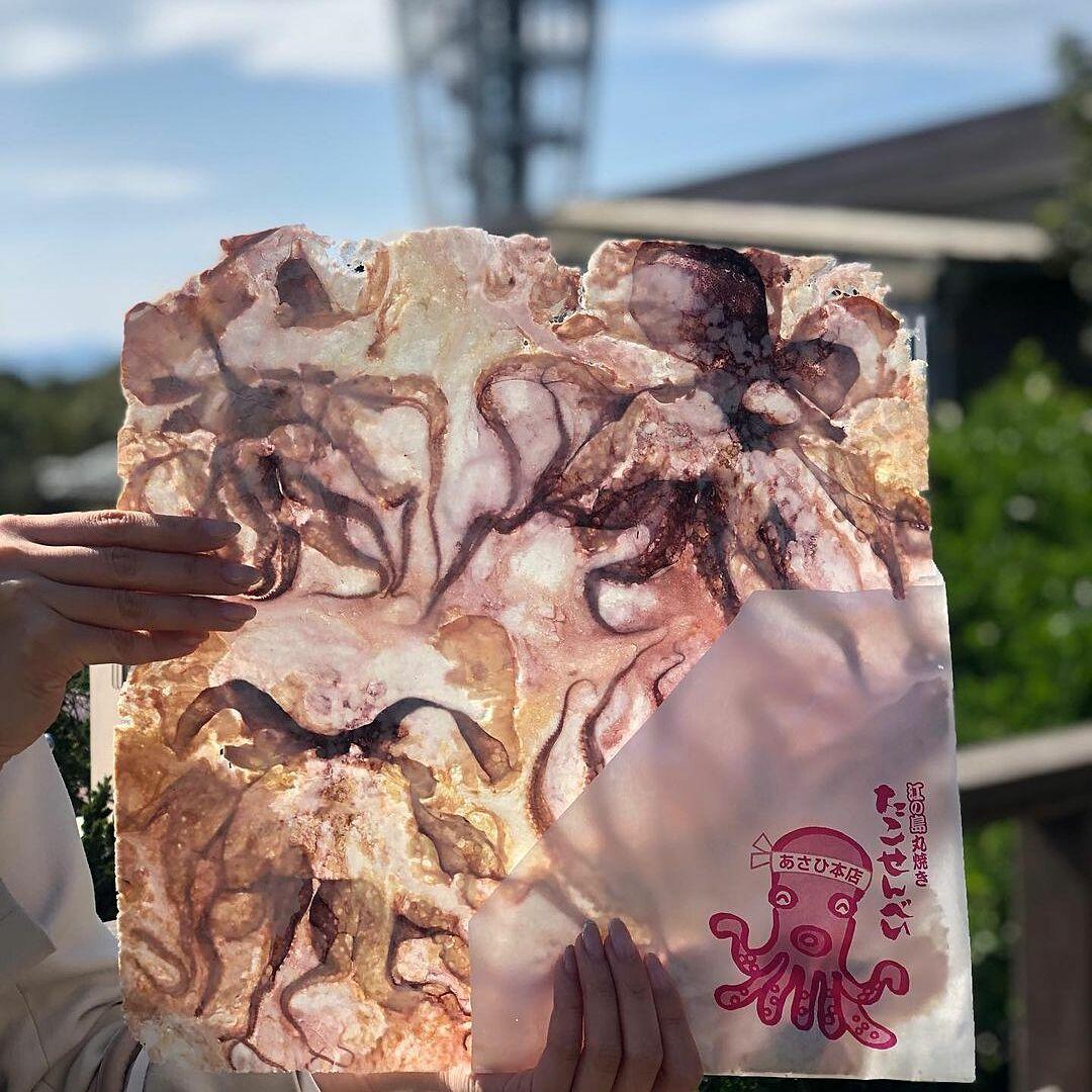 Bánh bạch tuộc ép mỏng tang như giấy. Ảnh: Reddit