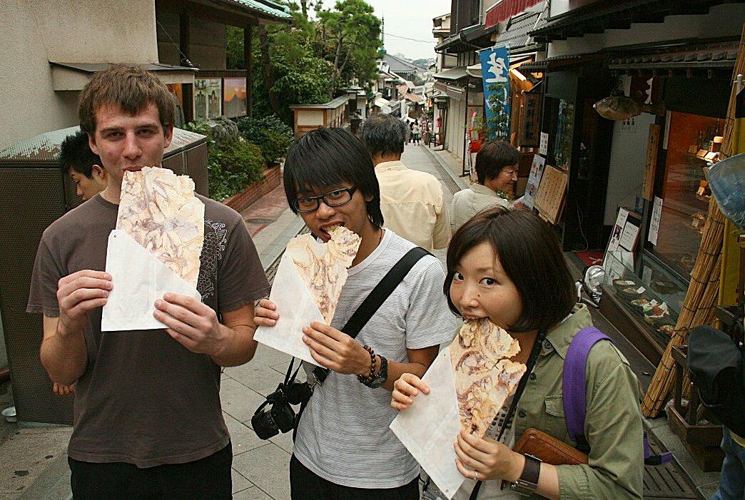 Thực khách nước ngoài ăn tako senbei. Ảnh: alexforencich