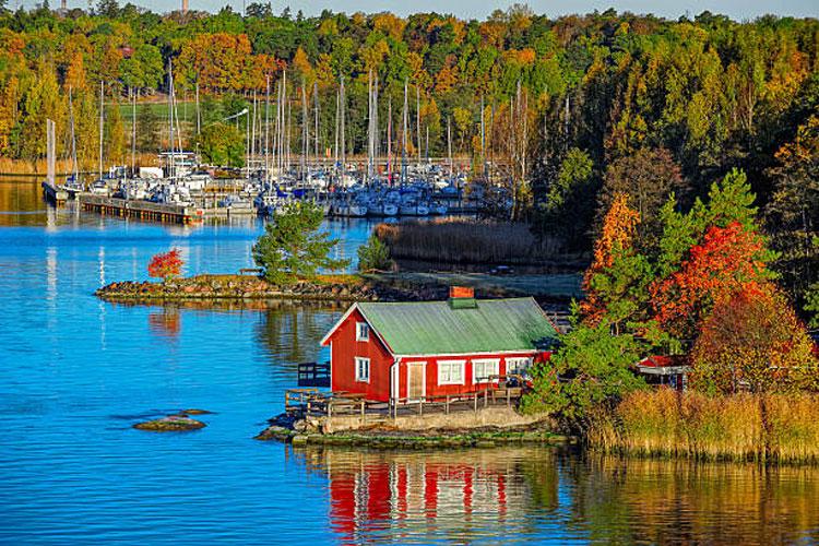 Năm 2021, Phần Lan lần thứ 4 liên tiếp trở thành quốc gia hạnh phúc nhất thế giới, theo Báo cáo Hạnh phúc thế giới. Người dân địa phương không cố gắng quảng bá với thế giới bên ngoài về một Phần Lan hào nhoáng qua những bộ trang phục đắt tiền, xe hơi thời thượng. Họ muốn truyền tải tới mọi người về việc yêu thiên nhiên và chăm sóc lẫn nhau. Ảnh: iStock