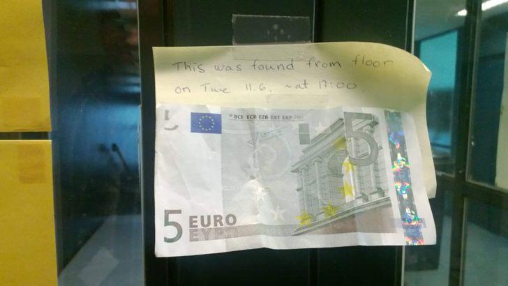 Nếu bạn làm mất tiền ư? Hãy yên tâm rằng sẽ có người tìm cách trả cho bạn. Bạn tôi chuyển đến Phần Lan sống. Đây là những gì cô ấy nhìn thấy trên bảng thông báo tại chỗ làm việc của mình. Cô ấy đã không thể tin vào mắt, người đăng bức ảnh trên chia sẻ. Ảnh: Twitter