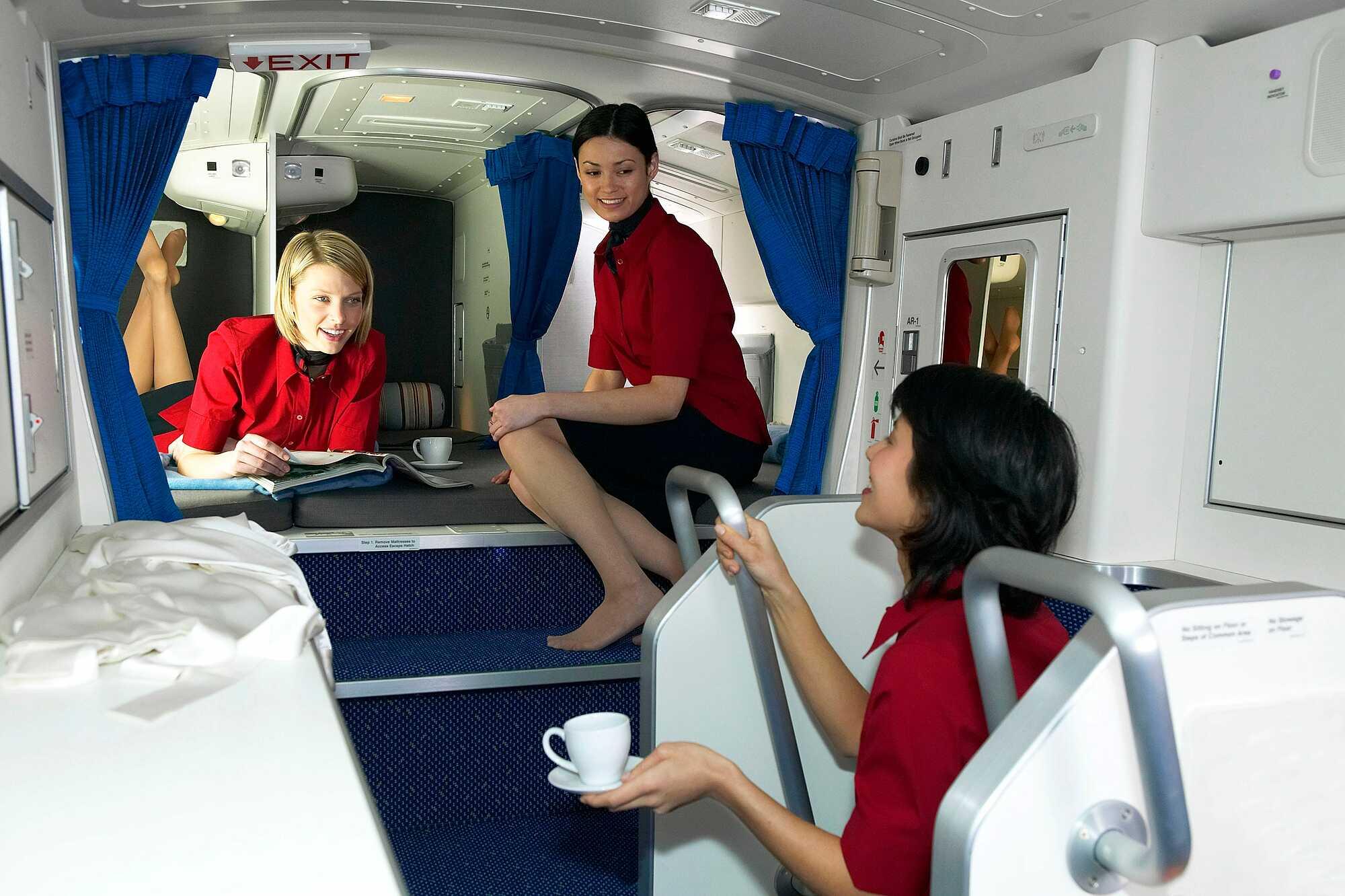 Không được phép ăn trước mặt kháchTiếp viên cũng là con người, cũng cần nạp năng lượng để có thể hoạt động. Nhưng họ luôn cố gắng ăn uống ngoài tầm nhìn của hành khách. Trong hầu hết máy bay, khoang hành khách được ngăn với không gian dành cho tiếp viên bằng một tấm rèm. Khi bạn đi vệ sinh và nhìn thấy tấm rèm đó được kéo xuống, điều đó có nghĩa là phi hành đoàn của bạn đang ăn, hoặc nghỉ ngơi. Ảnh: Boeing