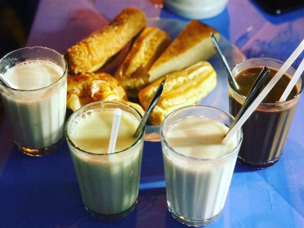 Sữa đậu nành, bánh ngọt. Ảnh: @tuyettrinh305/Instagram