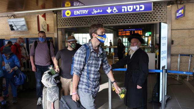 Du khách hạ cánh xuống sân bay Ben Gurion hồi tháng 5. Ảnh: Reuters