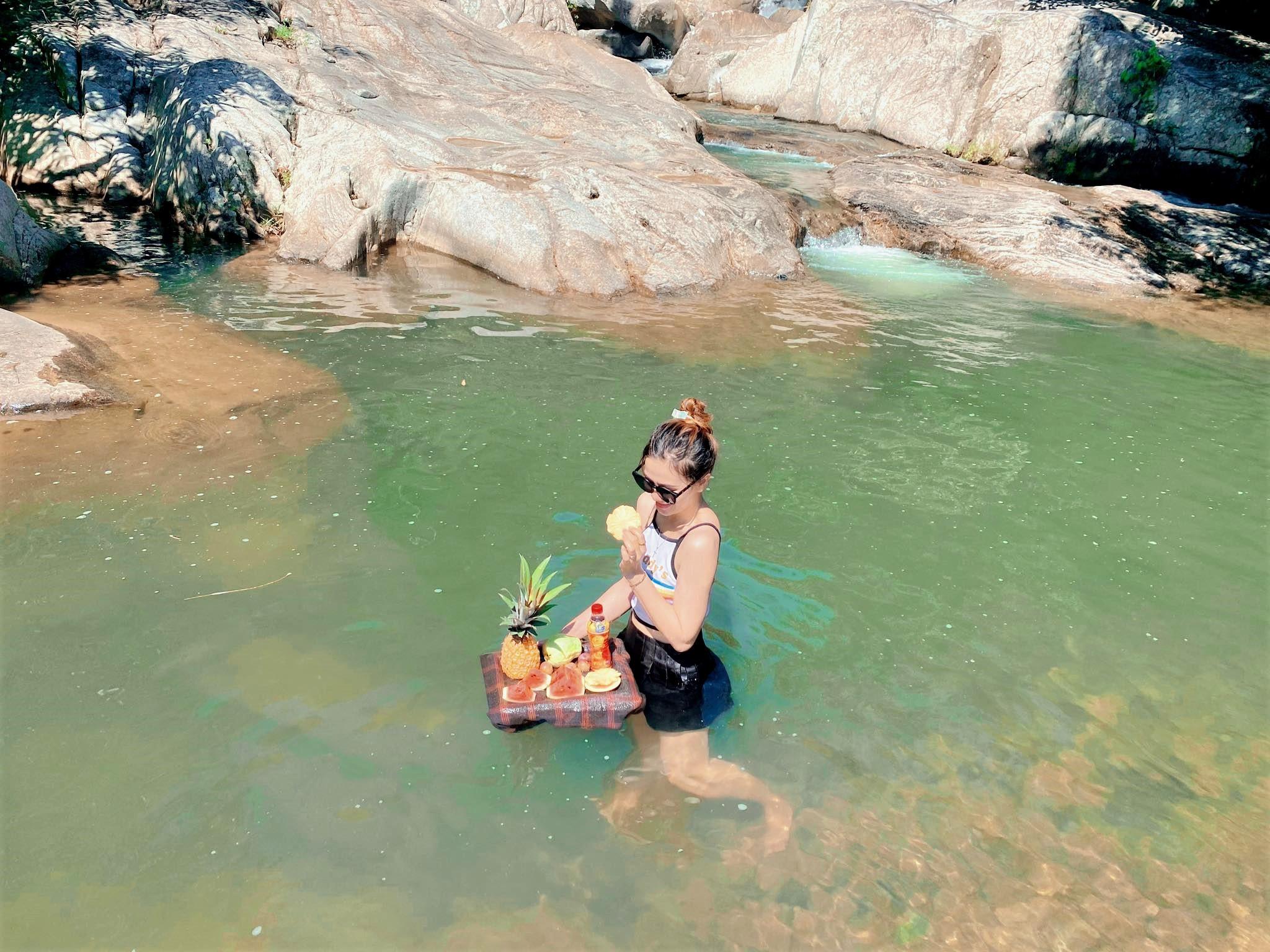 Hồ nước đọng ở thác tạo thành các bể bơi tự nhiên trong lành, mát rượi. Ảnh: Lê Minh Nguyệt