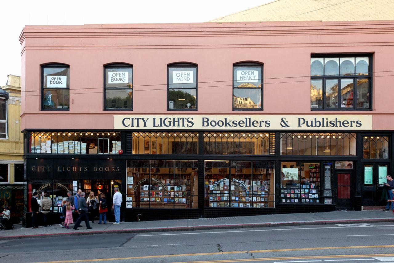 Hiệu sách City Lights trên Đại lộ Columbus ở San Francisco. Ảnh: Wiki