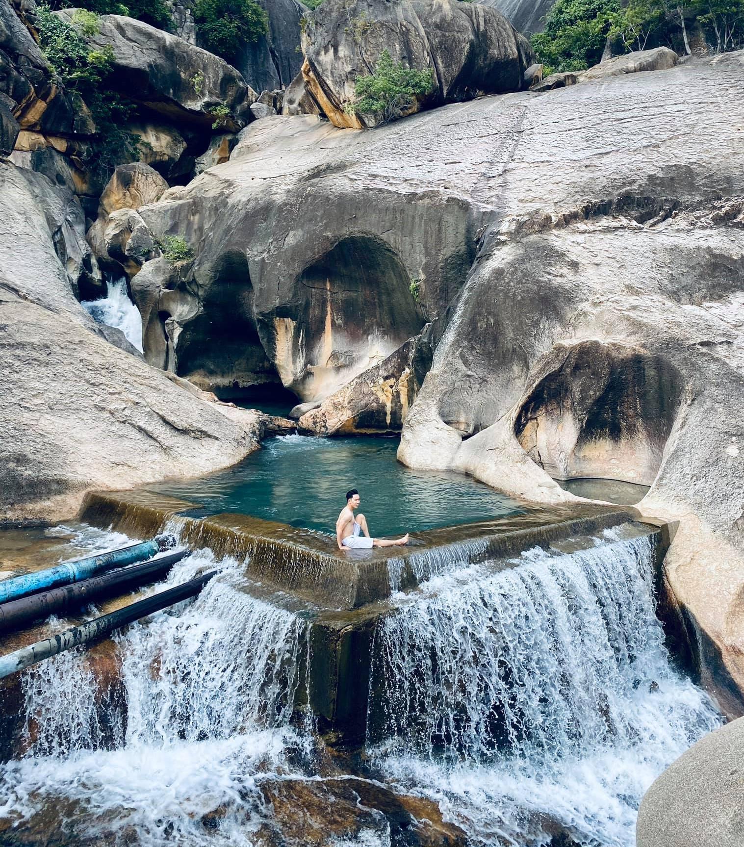 Du khách thường mang đồ theo cắm trại, tắm mát và vui chơi trong ngày ở suối Ba Hồ. Ảnh: Lê Văn Huy