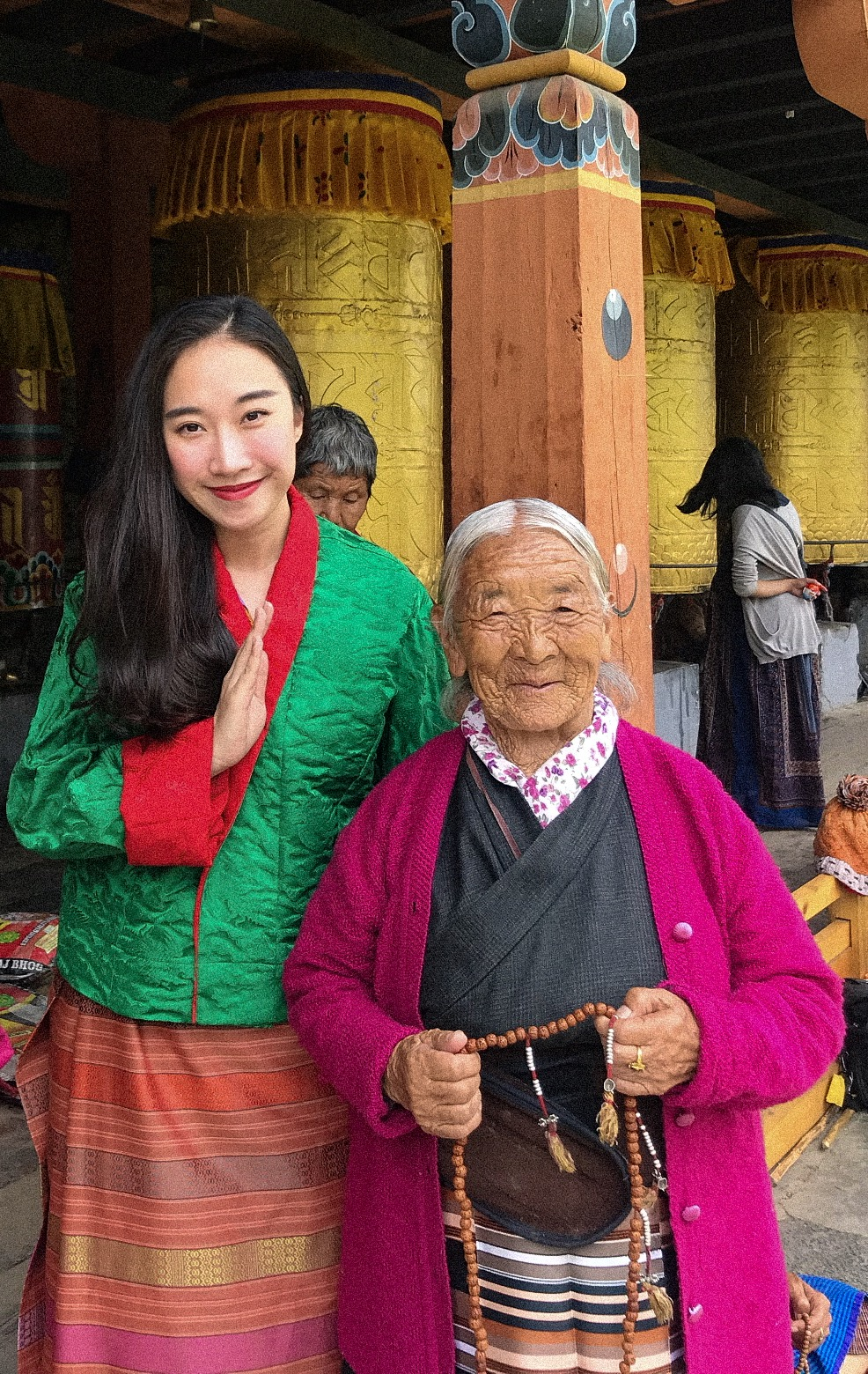 Dương chụp ảnh cùng một người dân tại Bhutan.