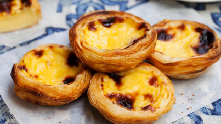 Pastel de nataPastel de nata hay bánh trứng tart, là đặc sản nổi tiếng của Bồ Đào Nha. Bánh gồm một lớp vỏ xốp bên ngoài, nhân trứng béo ngậy bên trong và được phủ phía trên là lớp caramel thơm phức. Du khách ghé thăm Bồ Đào Nha có thể ghé qua nhà hàng Pasteis de Belém, mở cửa từ năm 1837, để thưởng thức món bánh này. Ảnh: Pinterest