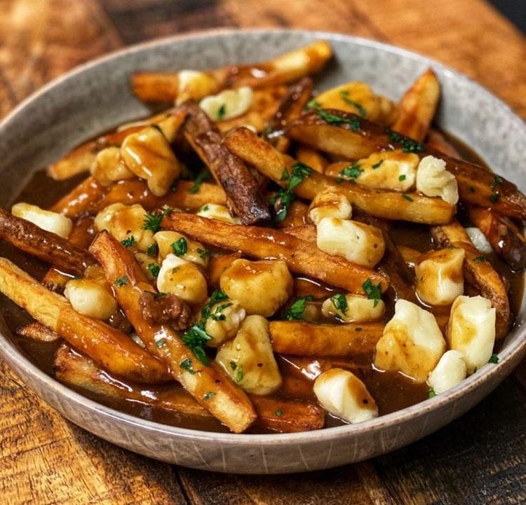 PoutineĐược ví như món ăn quốc dân của Canada, Poutine là sự kết hợp hoàn hảo giữa khoai tây chiên giòn bên ngoài, mềm mịn bên trong ăn kèm nước sốt thịt mặn béo ngậy và phô mai tươi mềm phủ bên trên. Món ăn có nguồn gốc từ tỉnh Quebec nói tiếng Pháp, và một trong những nơi bán món này ngon nhất là các nhà hàng ở Montreal. Ảnh: Pinterest