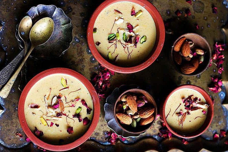 PhirniĐây là đặc sản đến từ Ấn Độ, là món bánh ngọt thương thấy tại mọi lễ hội quốc gia. Nó được làm từ gạo, trộn với bột mì, sữa và trái cây khô. Nghệ tây và bạch đậu khấu được rắc lên trên, mang lại hương vị thơm ngon đặc biệt cho món tráng miệng này. Người dân cũng thường dùng xoài hoặc anh đào để nhuộm màu cho Phirni thêm phần sặc sỡ. Du khách có thể dễ dàng mua món bánh này ở gần các ngôi đền Hindu trong các lễ hội. Ảnh: Pinterest