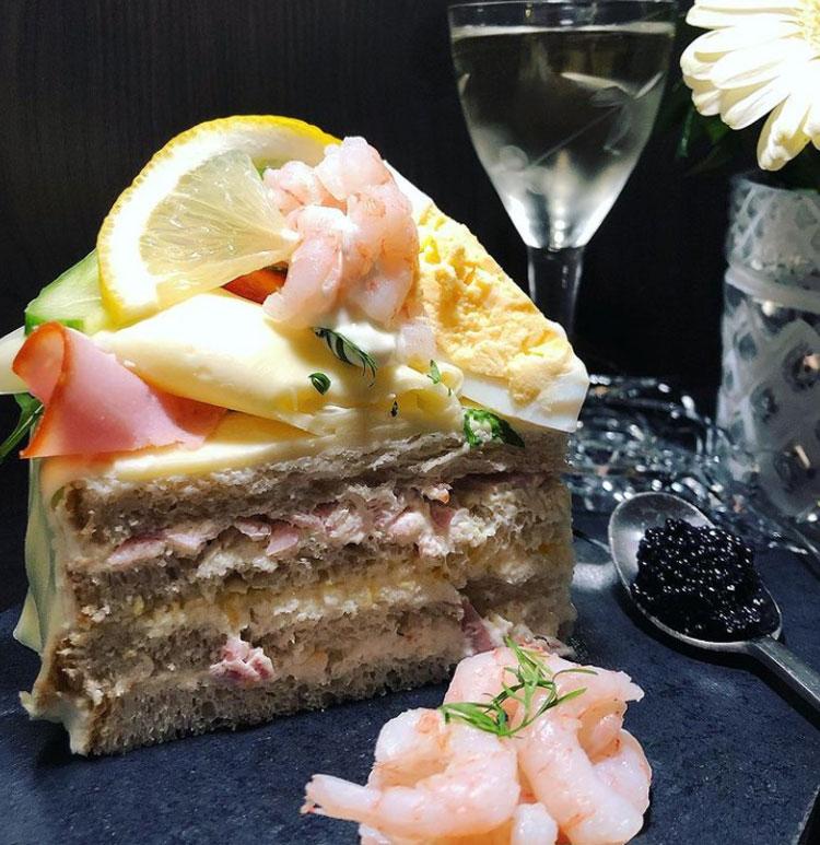 SmörgåstårtaMón bánh sandwich này được làm từ bánh mì trắng hoặc lúa mạch đen, nhân kem ở giữa cùng các loại nhân đi kèm như pate, ô liu, dưa chuột, phô mai, jamon đến chả cá được làm từ tôm, cá hồi hoặc trứng cá muối và chanh cùng sốt mayonaise. Và bạn có thể thưởng thức món bánh này ở Phần Lan, Thụy Điển hay Estonia. Ảnh: Instagram