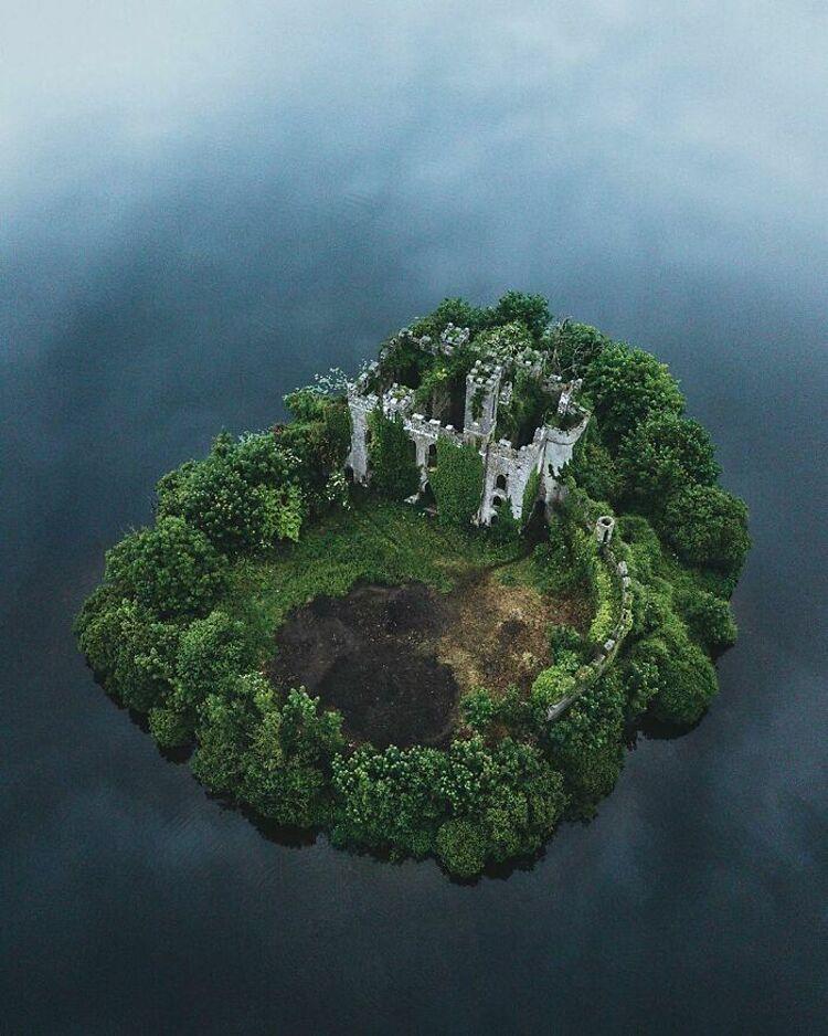 Abandoned Beauties là một dự án xã hội, nhằm ghi lại vẻ đẹp ở những địa điểm bị bỏ hoang khắp nơi trên thế giới. Dự án mời gọi các nhiếp ảnh gia, mọi người đóng góp các bức ảnh mà họ chụp được về chủ đề này, chia sẻ trên mạng để nhiều người có thể thưởng thức, chiêm ngưỡng. Trên ảnh là Mcdermott, lâu đài bỏ hoang mang vẻ đẹp tựa xứ sở thần tiên, nằm ở giữa hồ của hạt Roscommon, Ireland. Ảnh: Abandoned Beauties