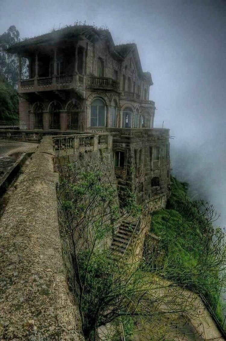 Một khách sạn đổ nát Hotel del Salto, nằm ở Columbia. Trước đây nó từng là điểm đến nghỉ dưỡng yêu thích của giới thượng lưu nhưng bắt đầu bị bỏ hoang từ những năm 1900. Ảnh: Abandoned Beauties/Bored Panda