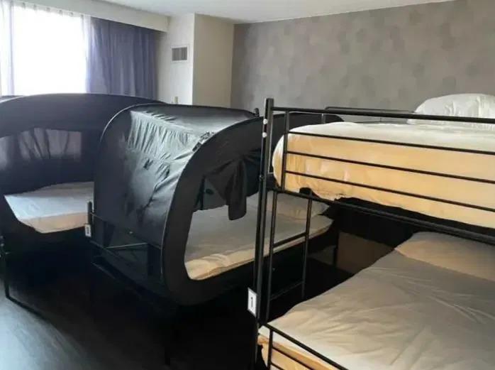 Phòng nghỉ của tiếp viên được thiết kế tiện lợi và bình dân, không hào nhoáng như nhiều người nghĩ. Ảnh: @cierra_mistt/TikTok