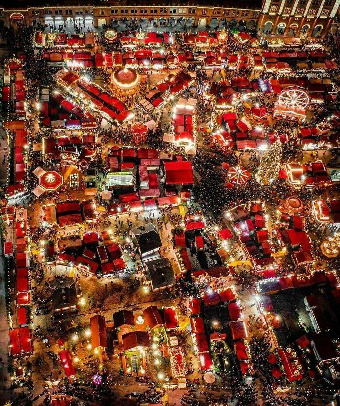 Nếu tới nước Đức vào mùa đông, ghé thăm chợ giáng sinh luôn là một trải nghiệm mà không ai muốn bỏ lỡ. Đức nổi tiếng là một trong những nơi có chợ giáng sinh đẹp nhất thế giới. Ảnh: Reddit