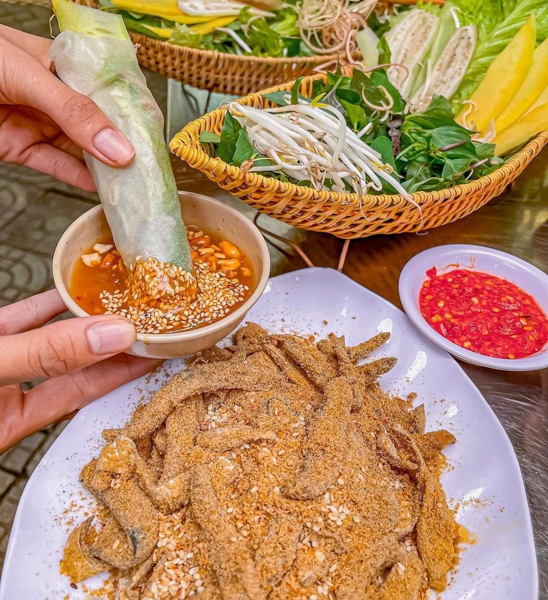 Khi ăn, món gỏi khô dùng kèm với bánh tráng cuốn tròn chắc tay, bên trong là gỏi cá, các loại rau rừng tươi ngon chấm với nước chấm hấp dẫn.
