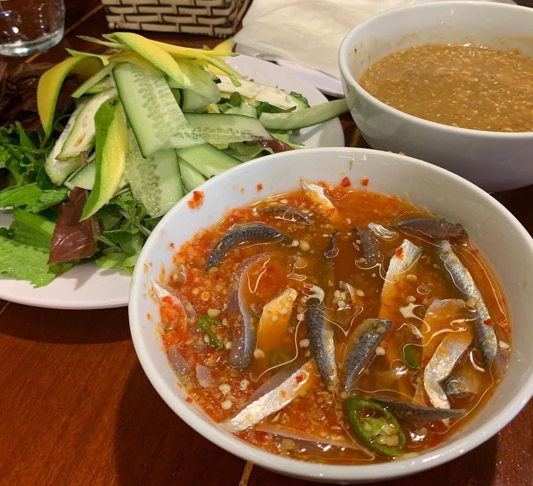 Gỏi cá ướt hấp dẫn với thịt cá tươi ngọt thấm vị trong nước dùng cay đậm đà, pha chế từ nước mắm thơm ngon của làng chài Nam Ô. Ảnh: @quemidang/Instagram