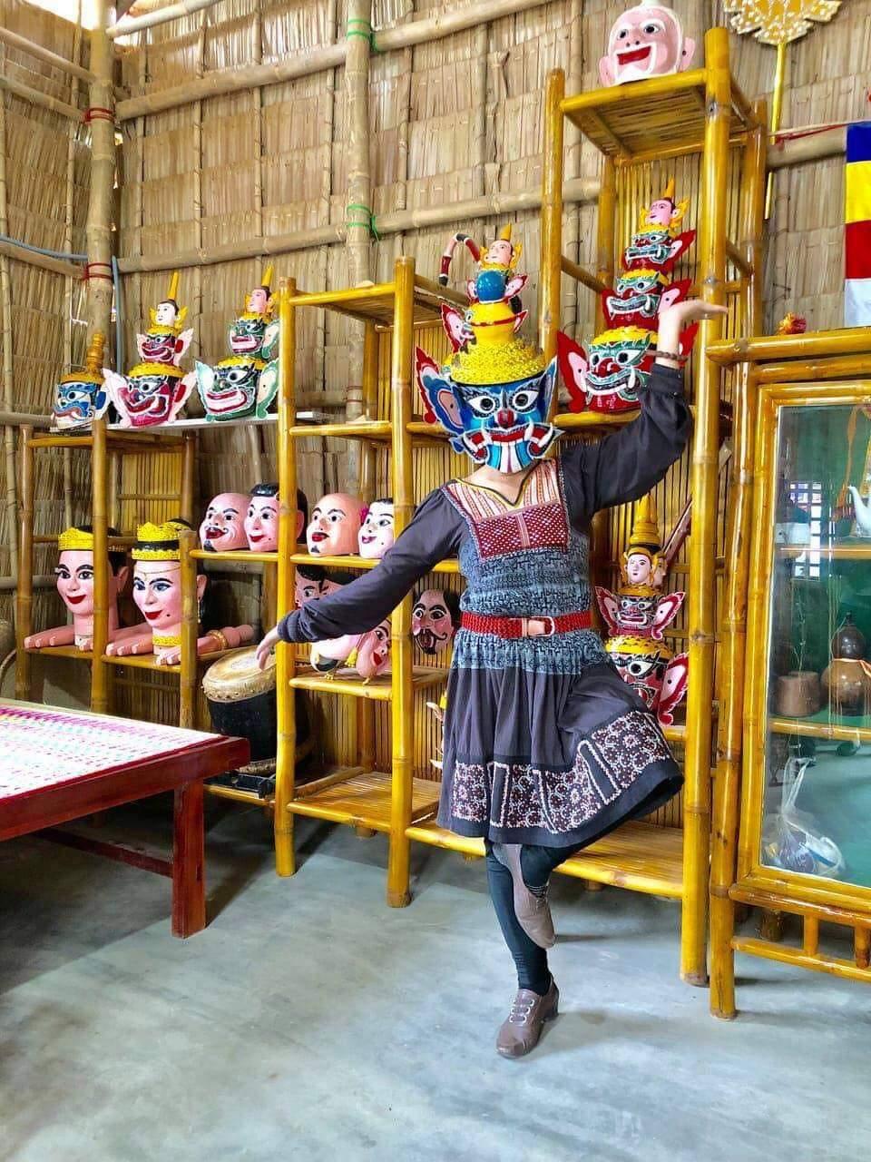 Du khách thử đeo mặt nạ Khmer.