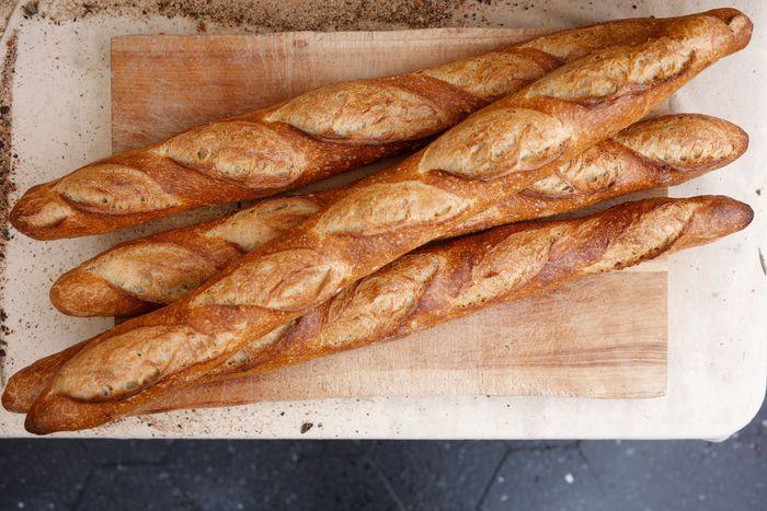 Với nhiều du khách, bánh mì là biểu tượng ẩm thực của nước Pháp. Ảnh: Melissa Hom/Grubstreet