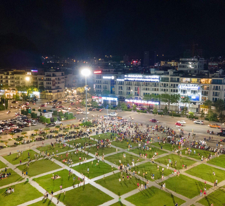 Người dân thành phố Hạ Long đón tết Trung thu tối ngày 19/9. Ảnh: Hạ Long Thả Gió