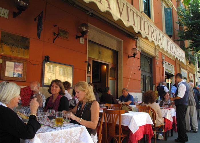 Khi đến Rome, bạn hãy gọi món sau khi được cung cấp thực đơn kèm giá tiền in trên đó để tránh bị chặt chém. Ảnh: Flickr