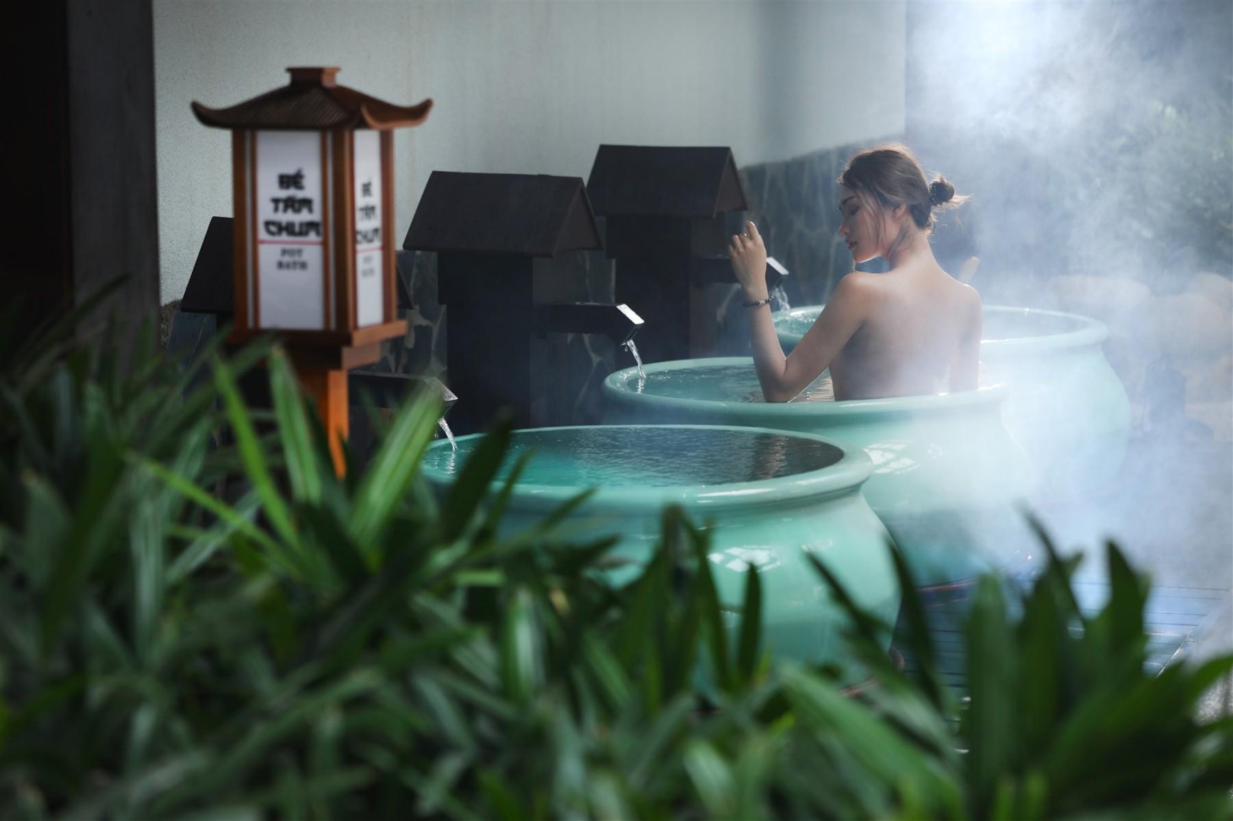 Trải nghiệm tắm khoáng nóng tại Yoko Onsen Quang Hanh. Ảnh: Sun Group