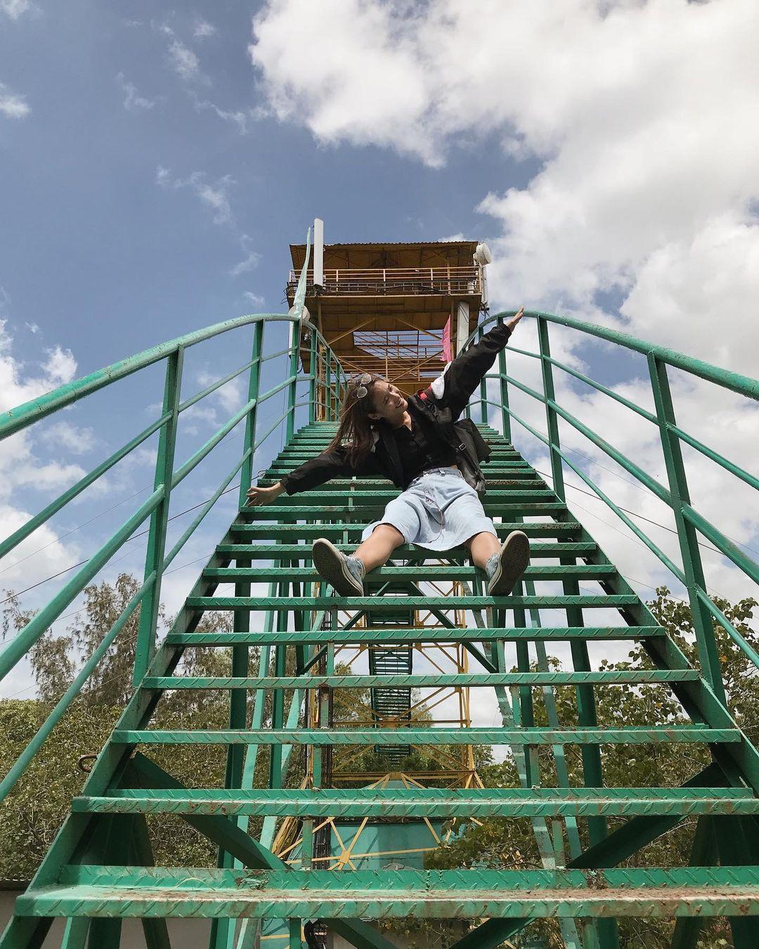 Tháp Tang bồng được xem là điểm trung tâm của Khu du lịch sinh thái Vàm Sát, tháp cấu tạo bằng thép cao 26 m có hình dạng cánh cung hướng lên trời. Tháp có 4 tầng quan sát, du khách đi lên đỉnh tháp qua 2 cung cầu thang hơn 130 bậc. Từ đây, bạn có thể thấy toàn cảnh rừng đước ngập mặn từ trên cao. Ảnh: @blue.iroiro/Instagram