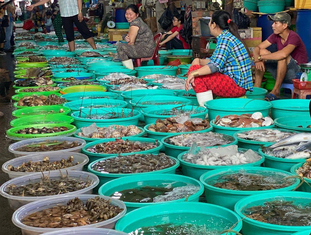Chợ hải sản Hàng Dương là điểm đến thú vị để du khách