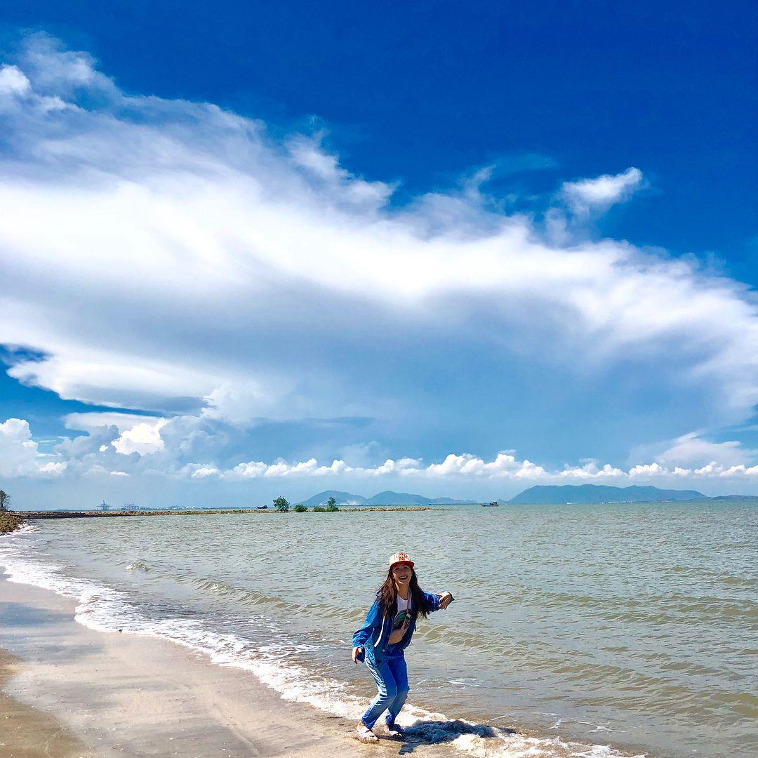 Buổi chiều là thời điểm du khách có thể ra biển 30/4 để hóng gió, chụp ảnh cùng bạn bè.