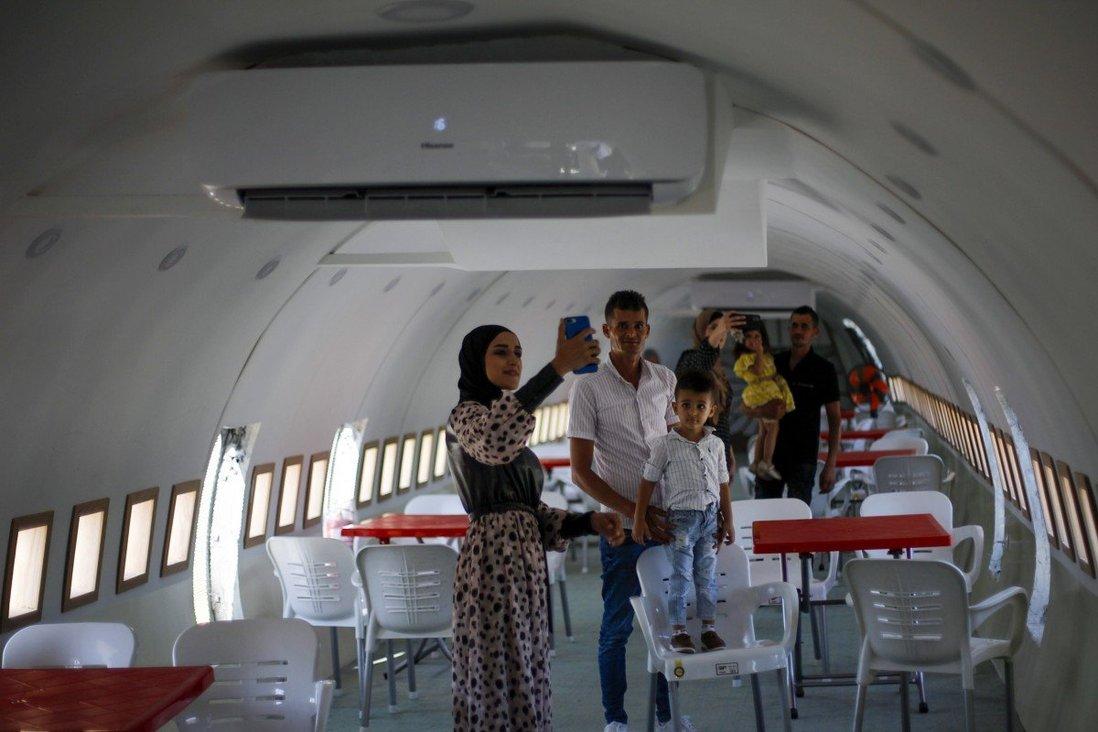 Màu trắng, đỏ của nội thất nhà hàng gợi nhắc tới các quán ăn nhanh trong sân bay. Tính đến hiện tại, anh em Khamis đã đầu tư 620.000 USD để xây dựng điểm đến riêng của họ. Ảnh: AP