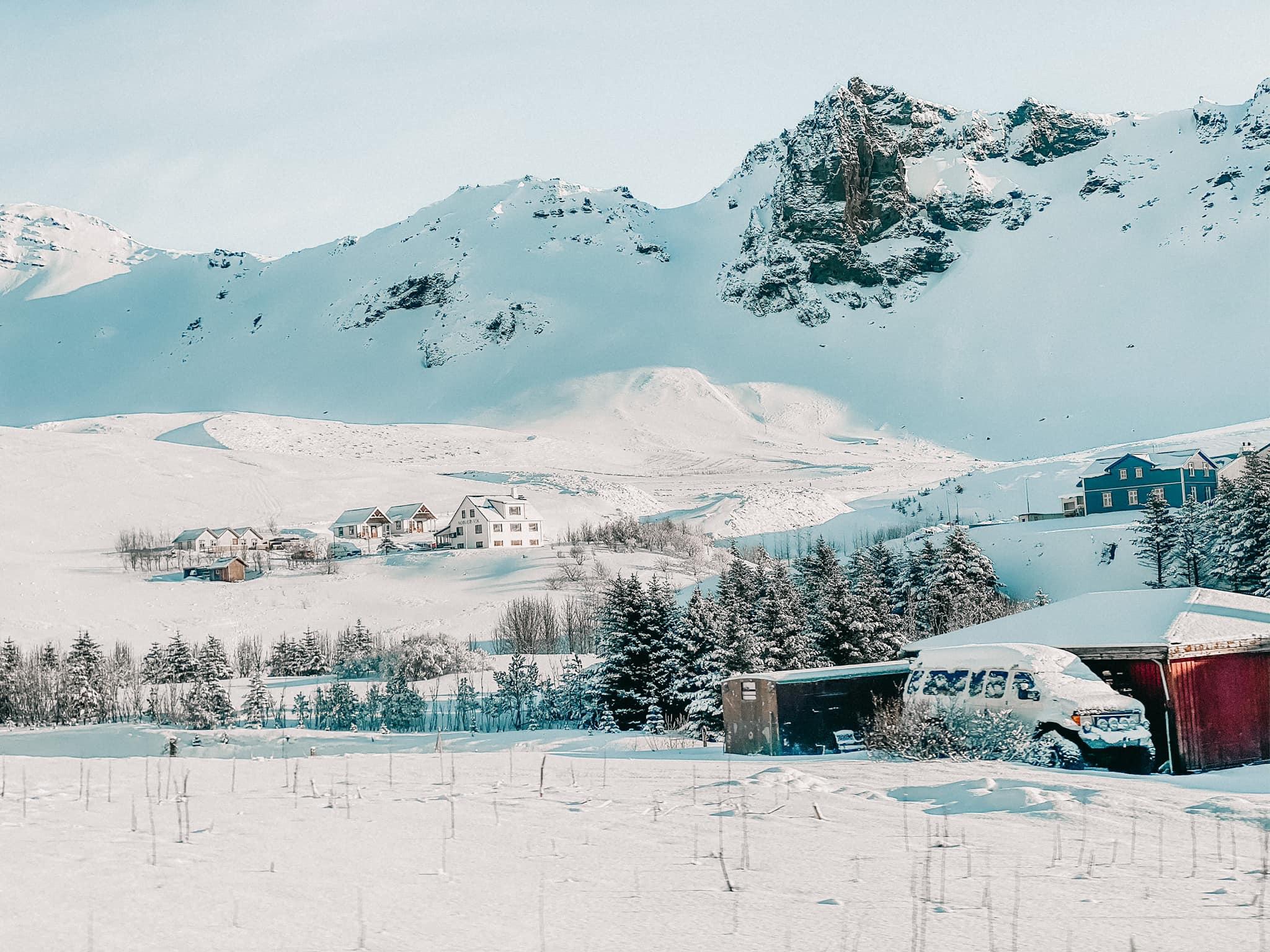 Đường ở Iceland vào mùa đông đi lại khó khăn nên nhóm của Đạt quyết định thuê người lái xe để đảm bảo an toàn, thay vì tự lái. Ảnh: NVCC