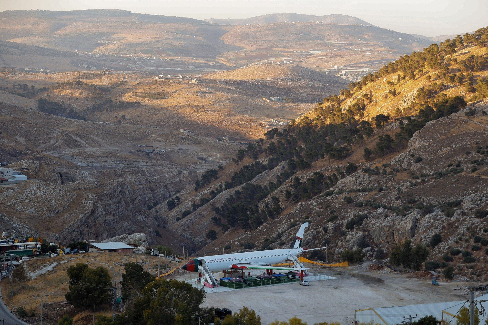Hiện chiếc máy bay đã được cải tạo thành nhà hàng và nằm nép mình giữa vùng đá núi ở Nablus. Ảnh: AP