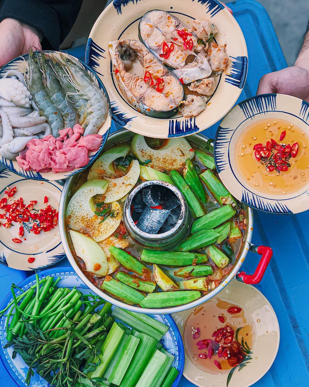 Tiệm lẩu cù lao có địa chỉ trên đường Nguyễn Xí ở quận Bình Thạnh chuyên bán các loại lẩu hấp dẫn ở miền Tây như lẩu mắm, lẩu Thái đồng giá 159.000 đồng cho phần ăn 2-3 người và 275.000 đồng cho 4-5 người dùng, chưa tính phí ship. Món ăn tại quán được thực khách đánh giá chất lượng, nêm nếm vừa miệng và phần thịt cá đa dạng, rau ăn lẩu phong phú. Ảnh: @rio.thefoodlist_/Instagram