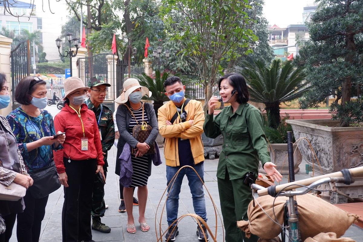 Du khách tham quan Bảo tàng Lịch sử quốc gia (Hà Nội), điểm đến đầu tiên trong tour Caravan Tây Bắc khởi động tháng 3/2021. Ảnh: Lan Hương