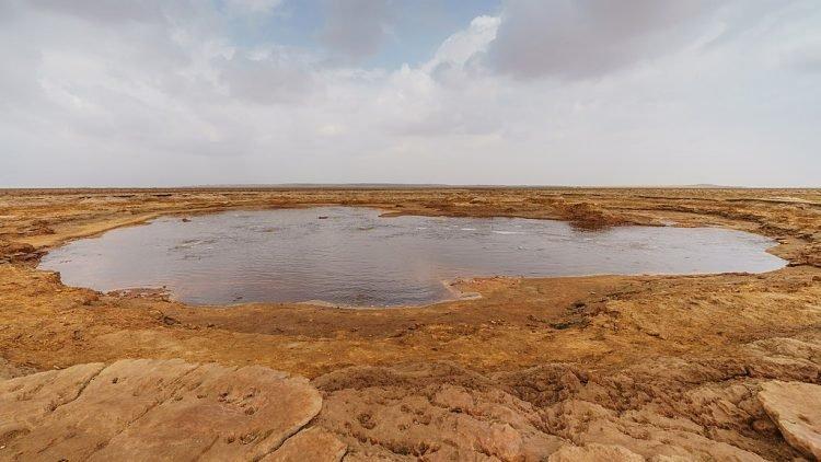 Hồ có hình dáng gần giống hình bán nguyệt. Ảnh: Wiki