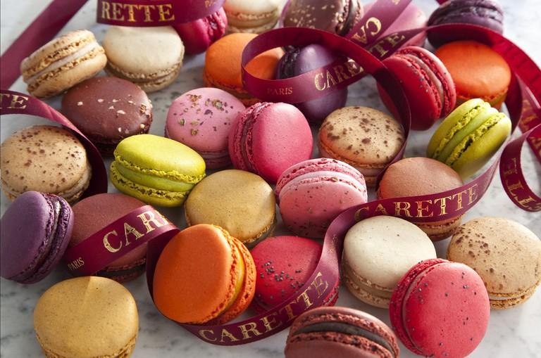 Bánh macaron có nhiều màu sắc bắt mắt, và thường có kích thước nhỏ hơn lòng bàn tay. Ảnh: Carette