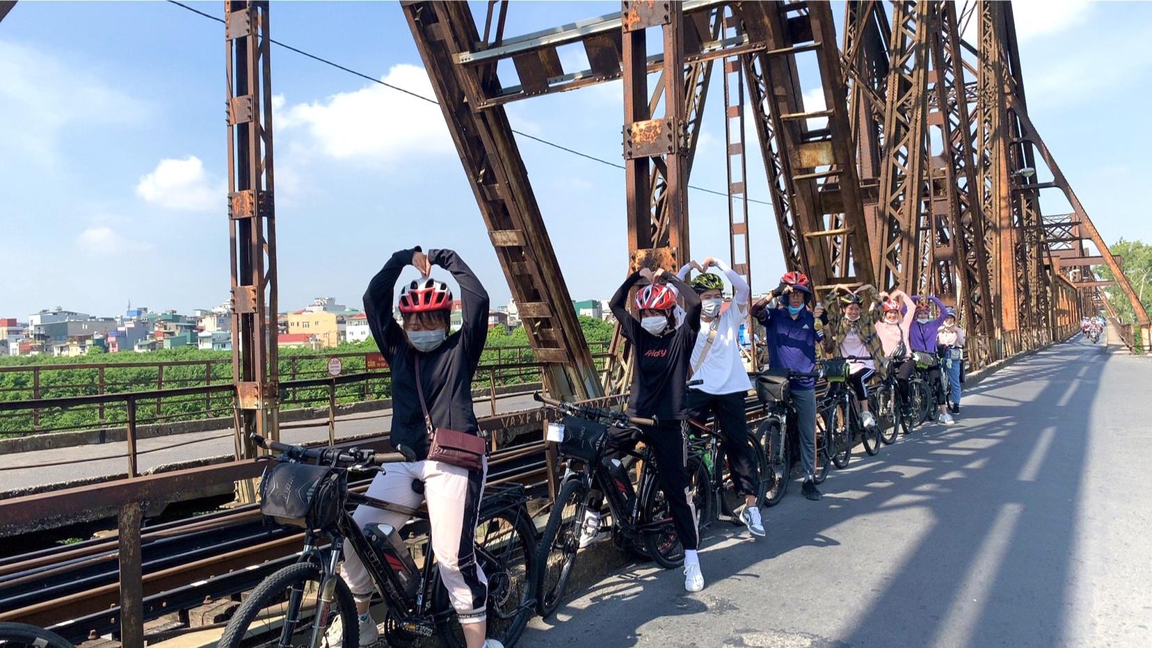 Tour đạp xe tại Hà Nội. Ảnh: Vietfoot Travel