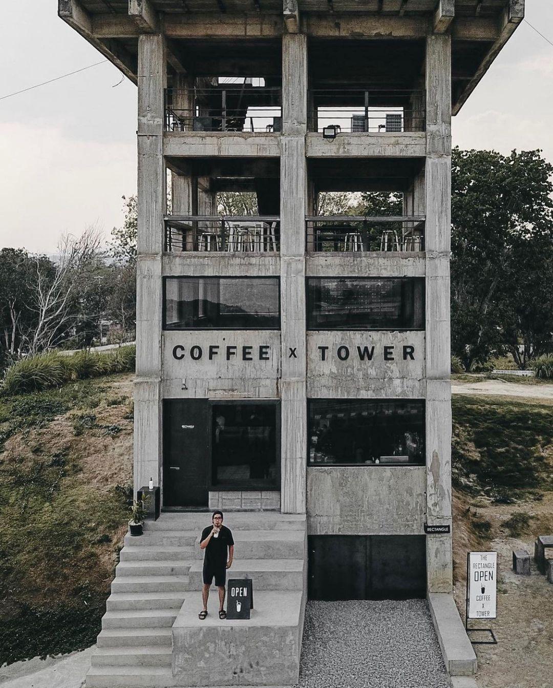 Quán cà phê được sơn và thiết kế với nhiều không gian mở sao cho giống một ngôi nhà hoang nhất. Ảnh: @mas_fotokopi/Instagram