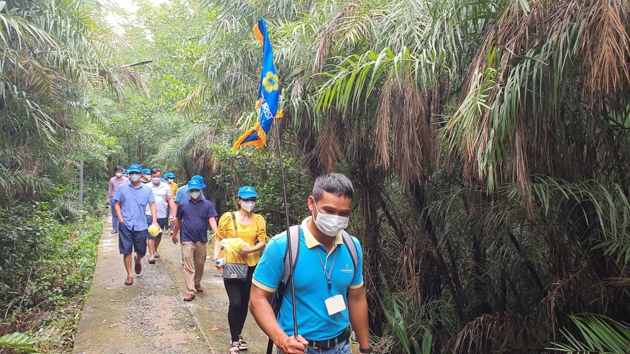 Nhiều nhiều y, bác sĩ trong đoàn tham quan cho biết lần đầu tiên đi du lịch Cần Giờ và bày tỏ sự thích thú với không khí trong lành, yên bình, thiên nhiên xanh mát ở vùng đất này.