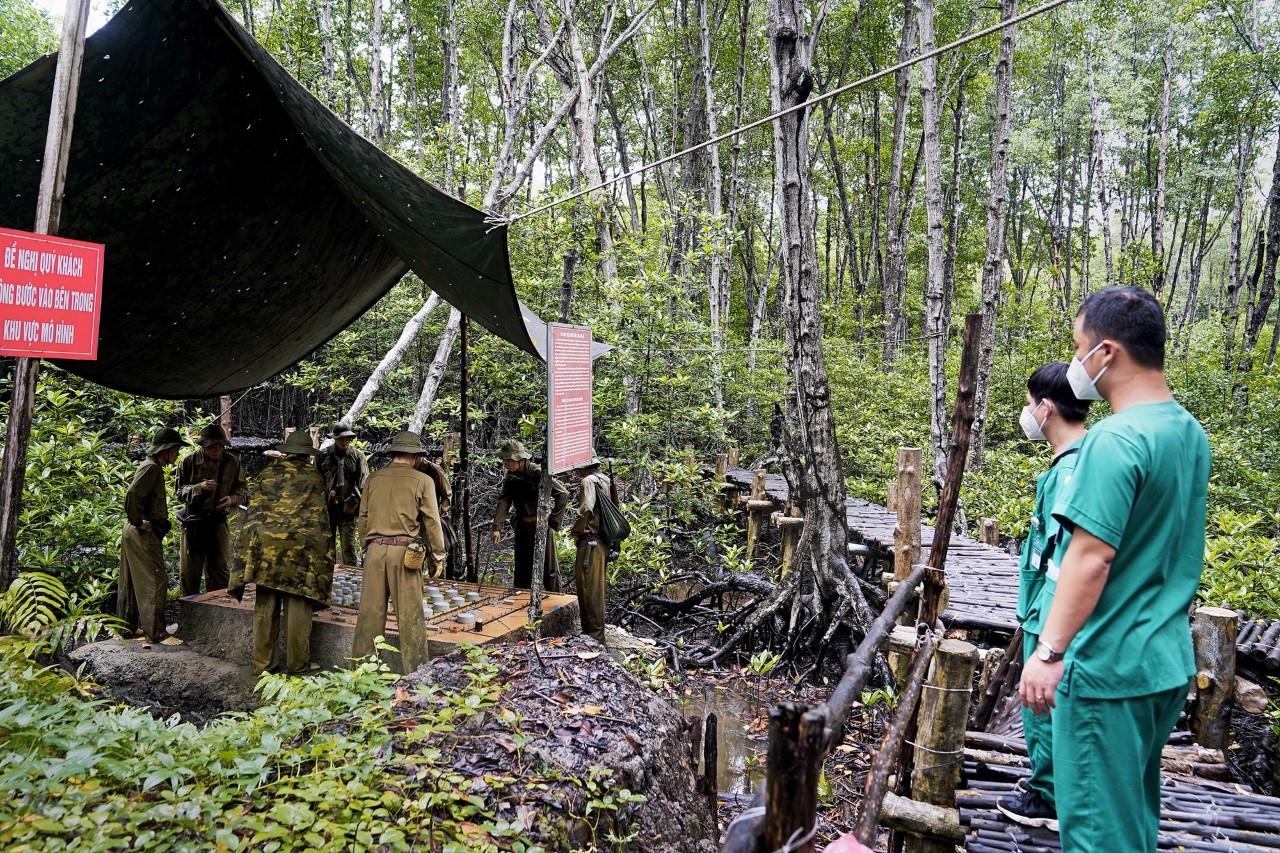 Thành viên trong đoàn tìm hiểu cuộc sống năm xưa của các chiến sĩ đặc công Rừng Sác tại Cần Giờ hôm 19/9.