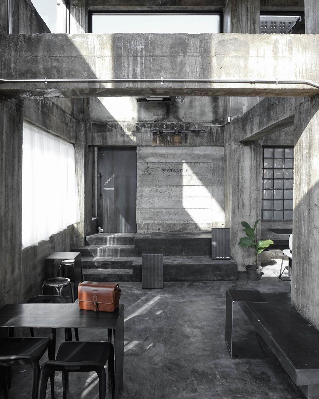 Nội thất bên trong của quán có 2 màu chủ đạo tương đương là đen và xám. Ảnh: @theaoraiir/Instagram